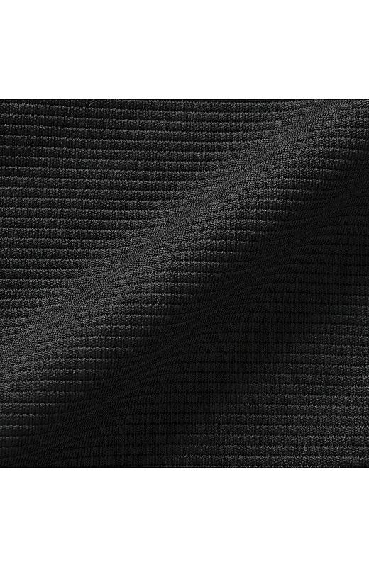 横うねのリップル素材のカットソートップスは、きちんと見えて、ドライ感のある質感がさらりとした着心地。