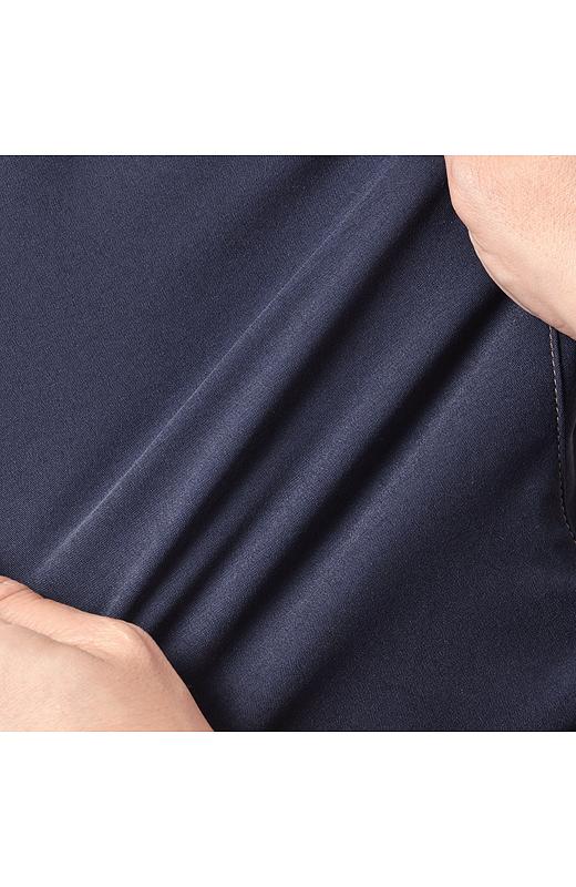 横に驚くほどよく伸びる、スーパーストレッチ素材。