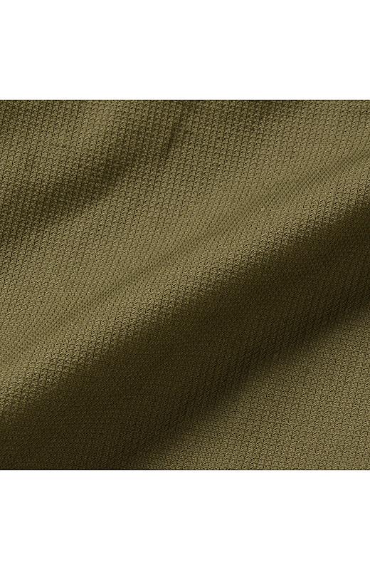 麻混ハニカム素材。表面の細かな凸凹で脚にまとわりつかずさらっと快適。