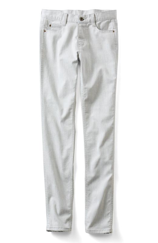 縦糸に綿、横糸にポリエステルの黒糸を使用しているのでストレッチ性が高く、ホワイトはグレイがかった透けにくい色で、味わいのある絶妙な色合いに。