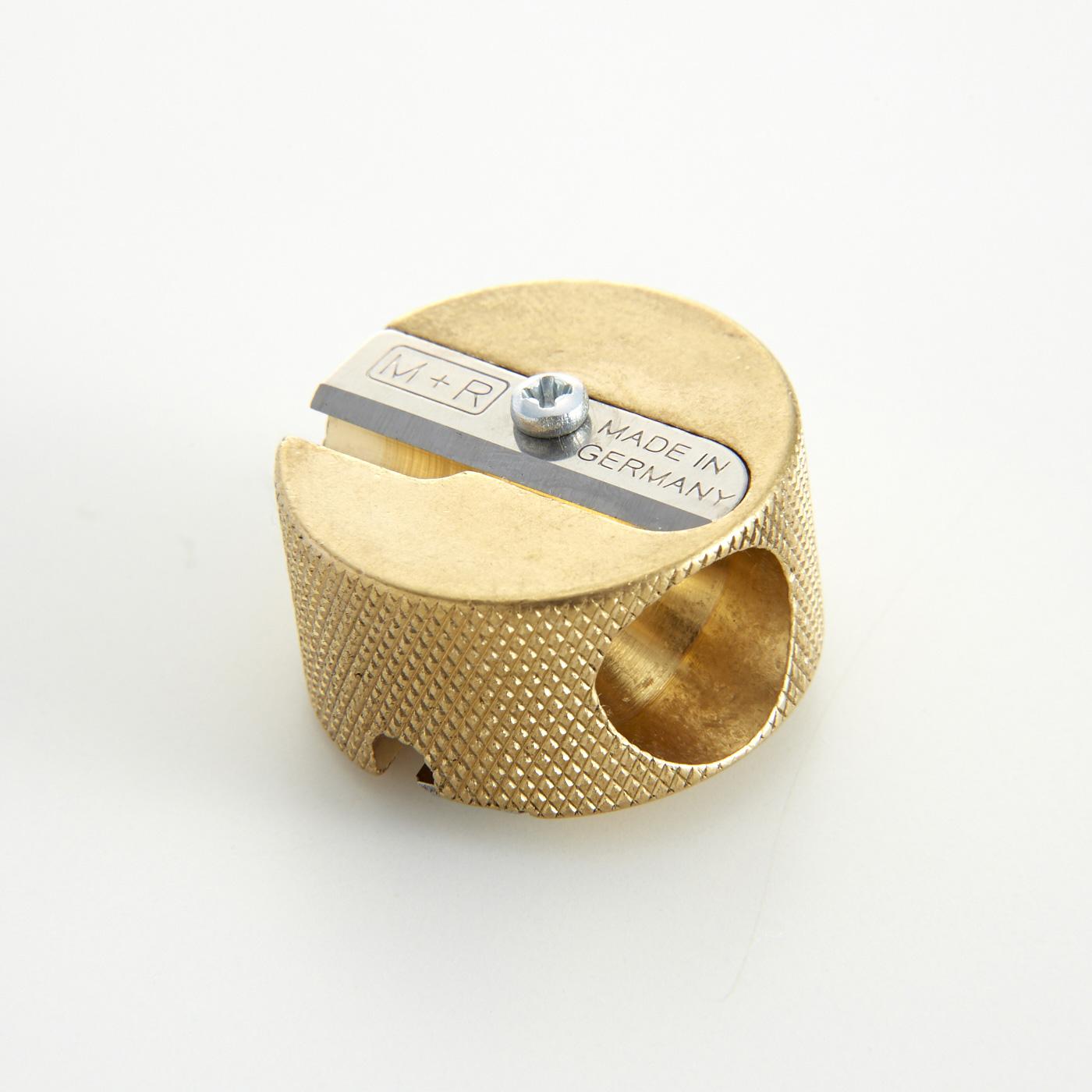 大きい穴(11㎜)では500色の色鉛筆のような太いえんぴつ、小さい穴(約8mm)では一般的な太さのえんぴつを削ることができます。