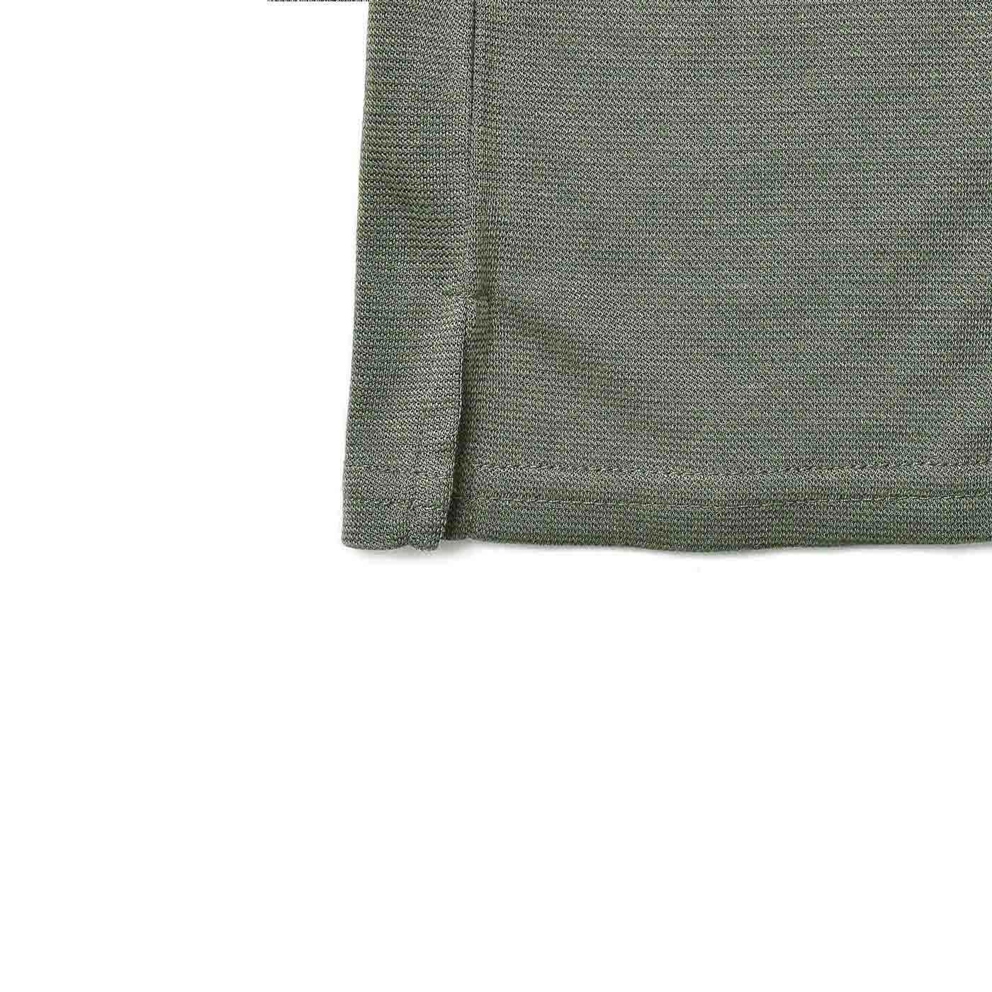 すそはスリット入りでボトムスオーバーの着こなしも、バランスよく軽やかに決まります。