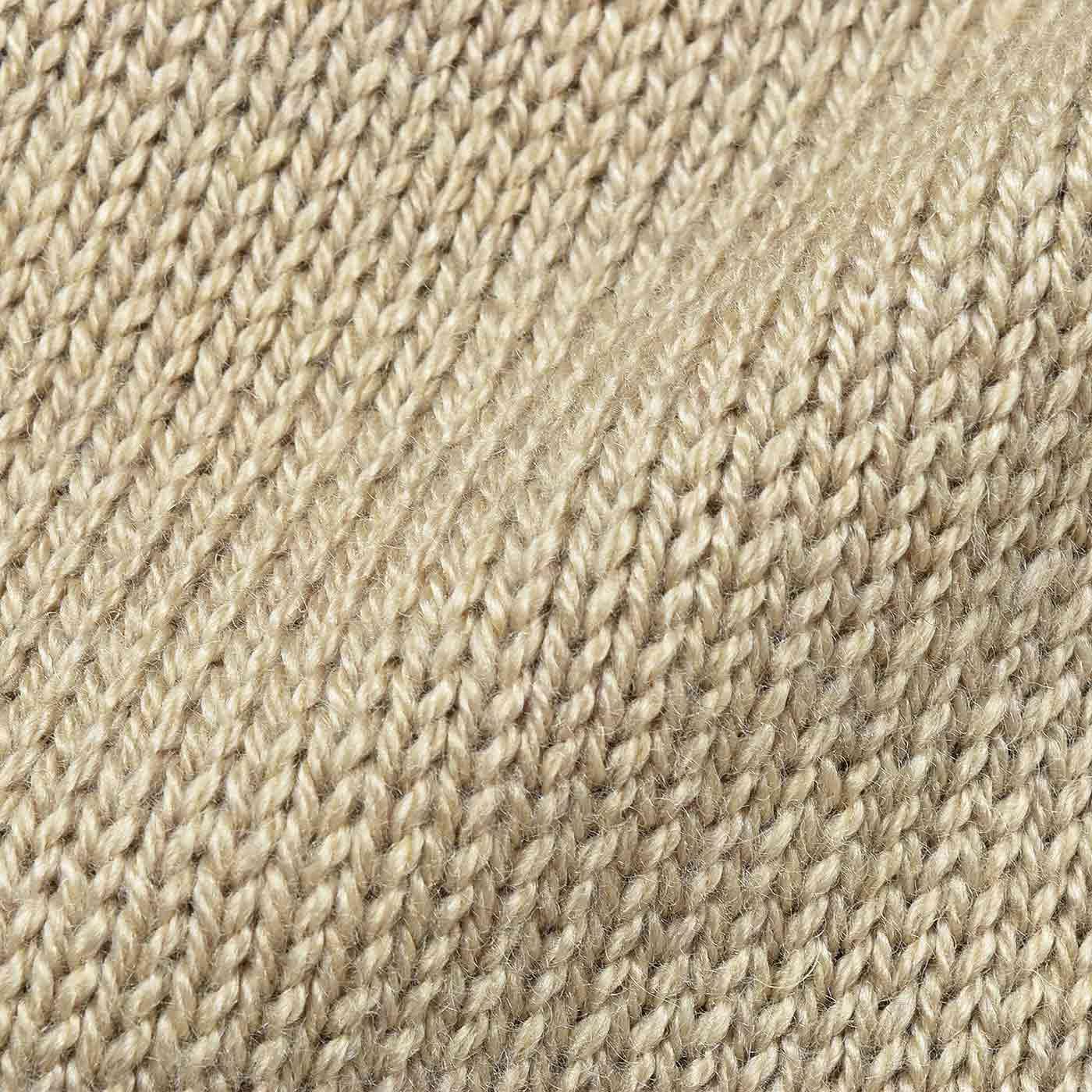 上品な印象の編み地が着まわしやすい。