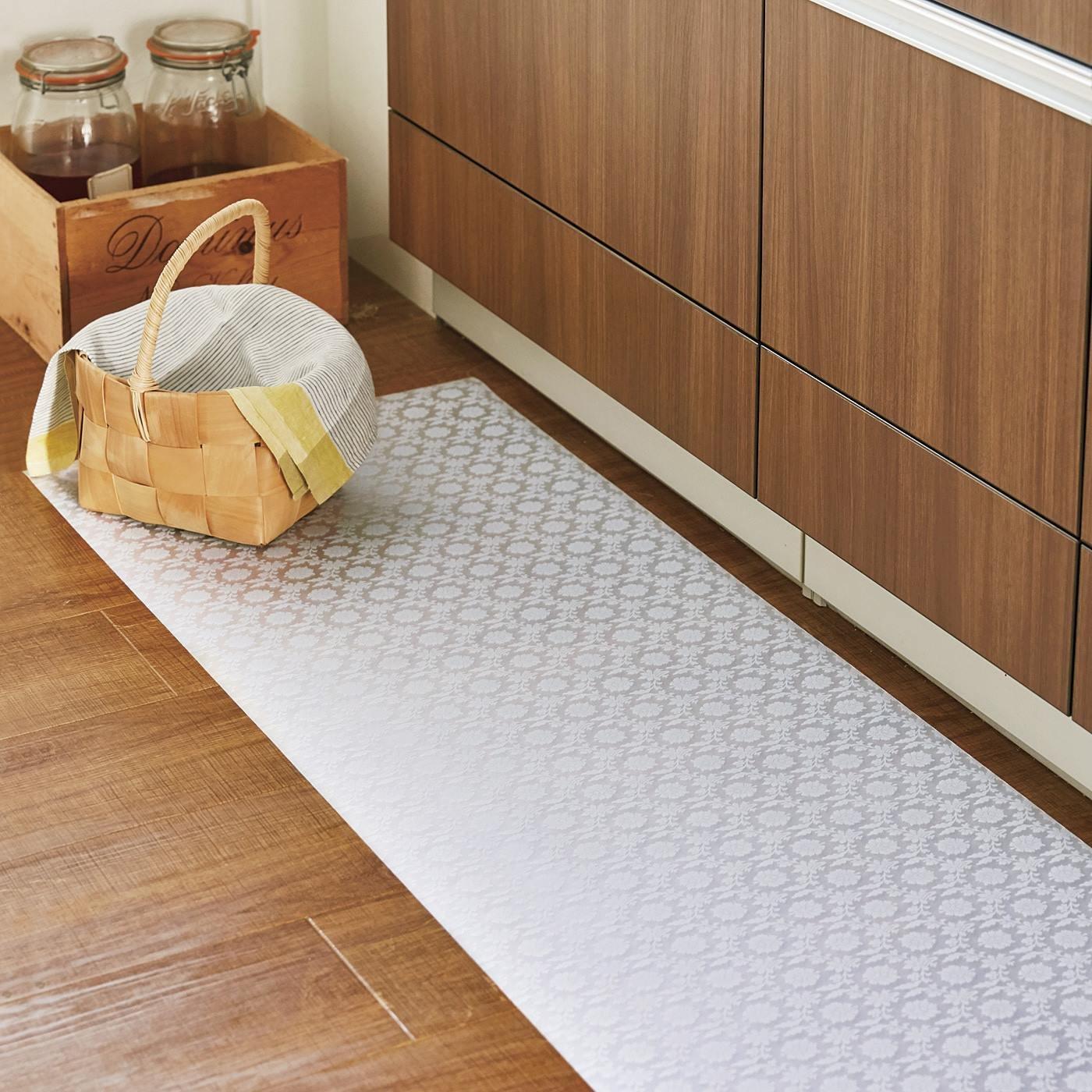 水や汚れをはじいて床を保護する しなやか素材のクリアマットの会