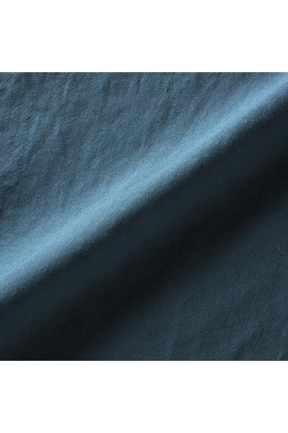 コットンタッチのさらりとしたワッシャー素材でアイロンいらず。ほのかな透け感があって軽やかな着心地。