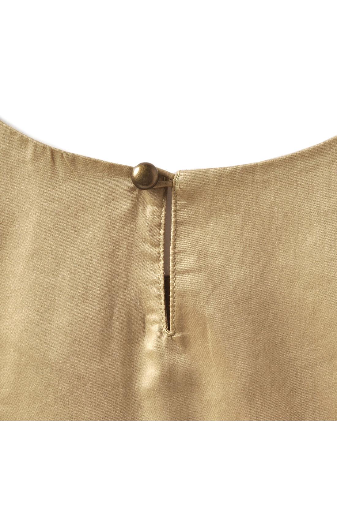 Back バックの涙開き&アンティークゴールドのボタンで360度スキのない好印象デザインに。