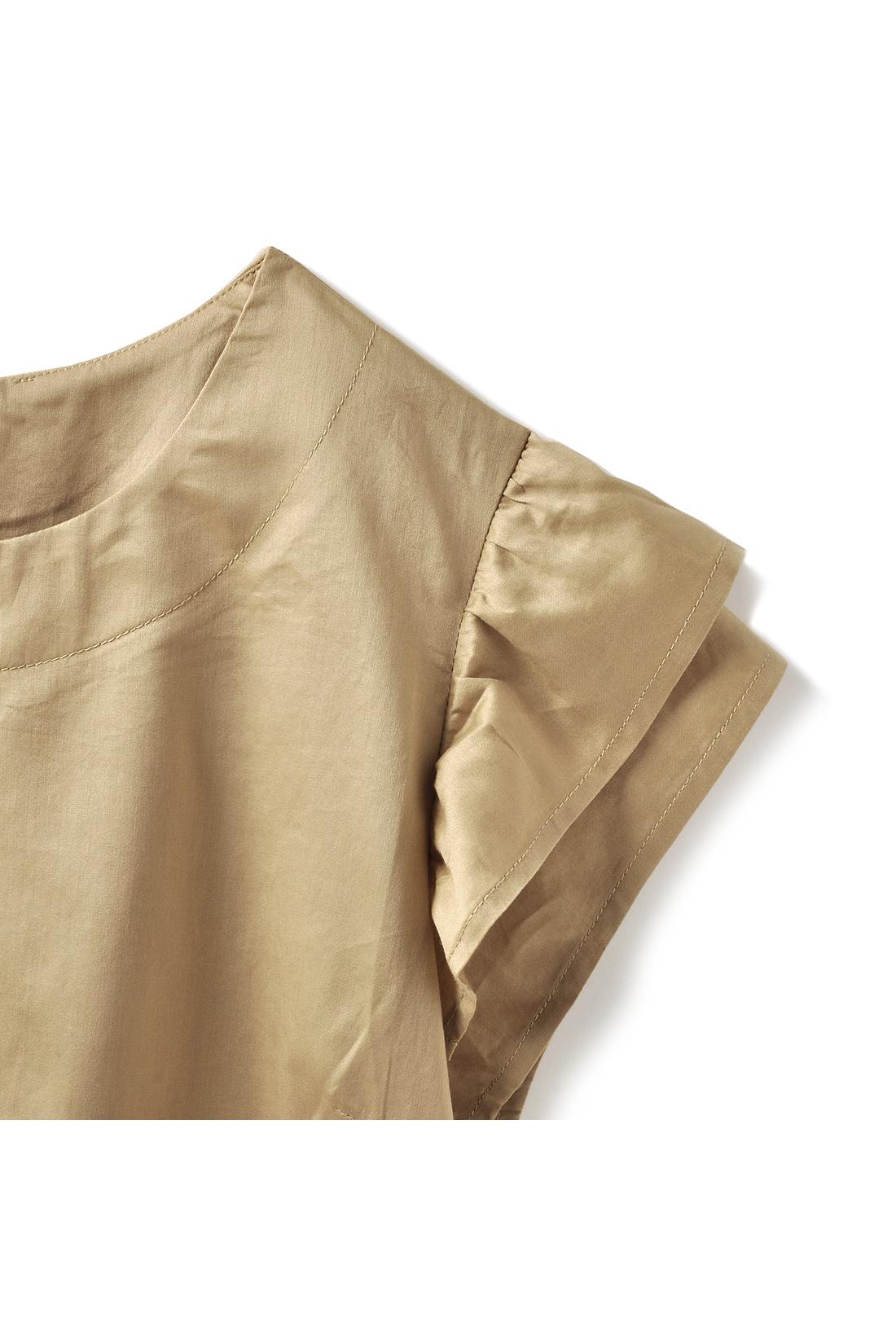 華やぎ&二の腕を細く見せるボリューム袖がポイント。