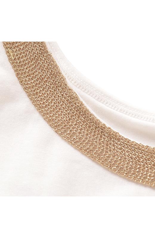 ネックレスのような飾りをあしらい、チラ見せOKの華やかなデザインに。