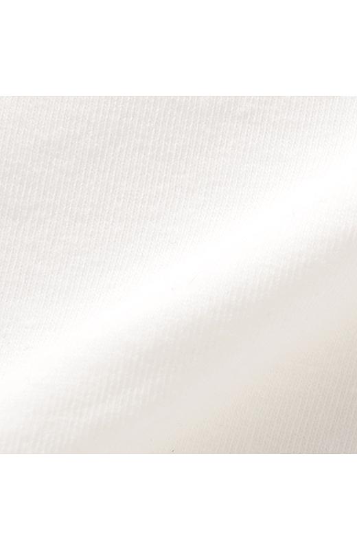 吸水速乾素材を使用。さらりとした肌ざわりで、汗をかいても快適さをキープ。