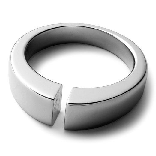 """■デザイナーリチャード・ハッテンがデザインしたリングの形""""C""""に込められた意味は、Commitment「宣誓」 Connection「連帯」 Continuity「永続」です。"""