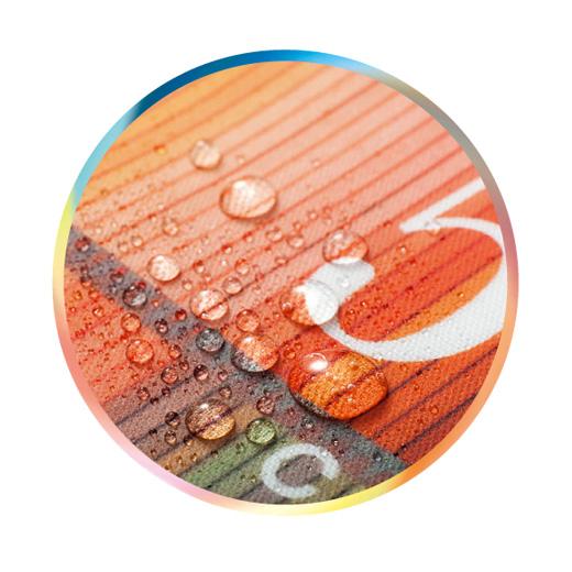 少しの雨や水はへっちゃらの撥水(はっすい)性を兼ね備えたオレフィン系樹脂加工。