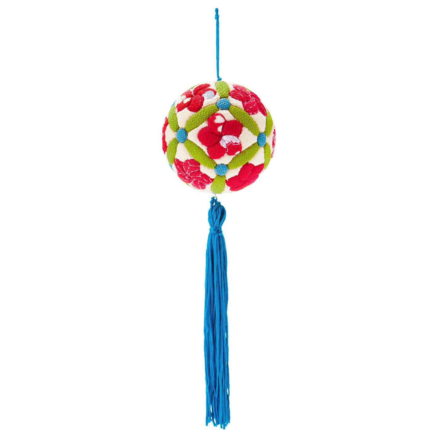 梅 長い楕円を小さな丸でつないだ「星付き七宝」の中に梅を配置。花びらが重なり回転しているように見える「ねじり梅」は古くから愛される紋のひとつ。