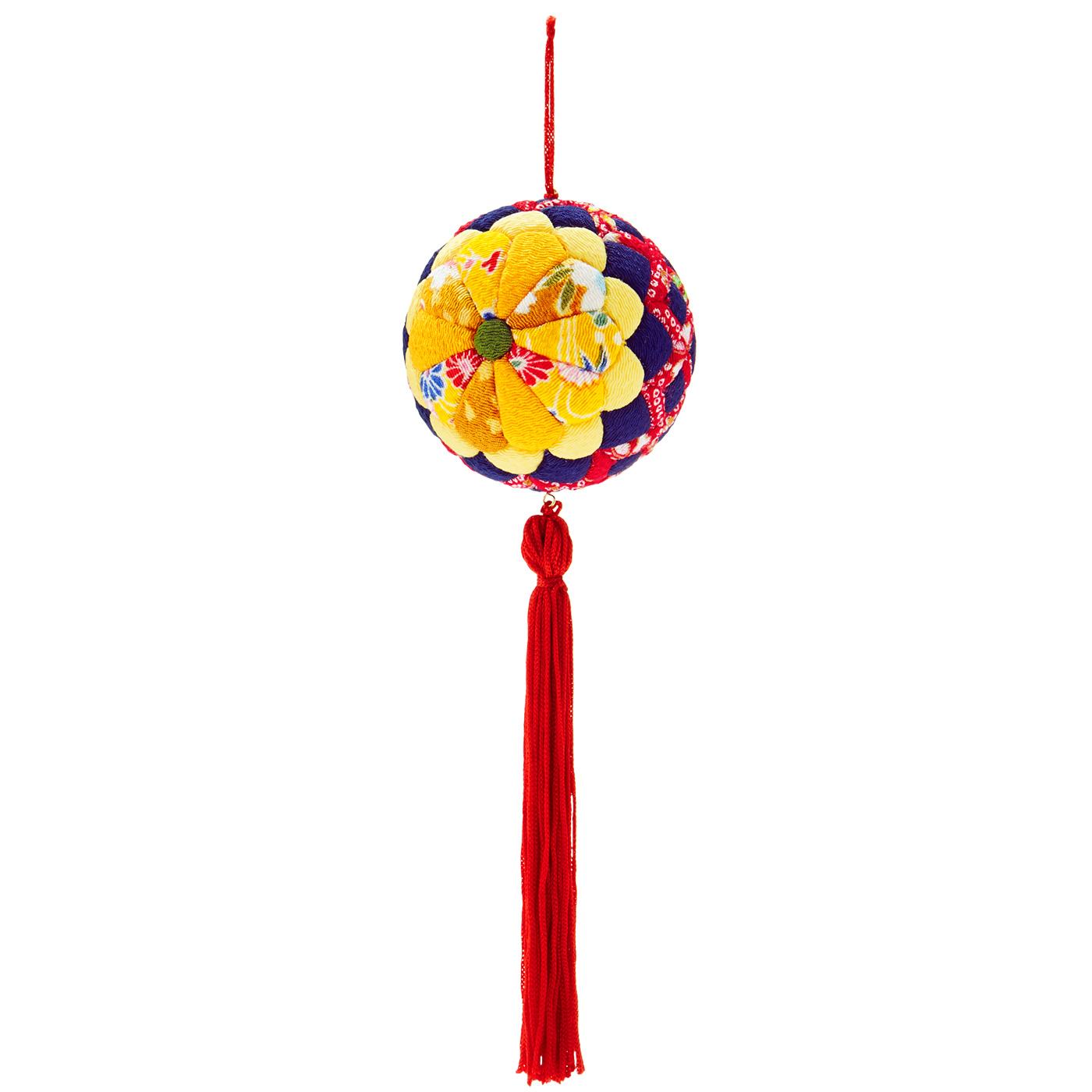 菊 花びらを二段重ねて図案化した「重ね菊」でインパクトのあるデザインに。