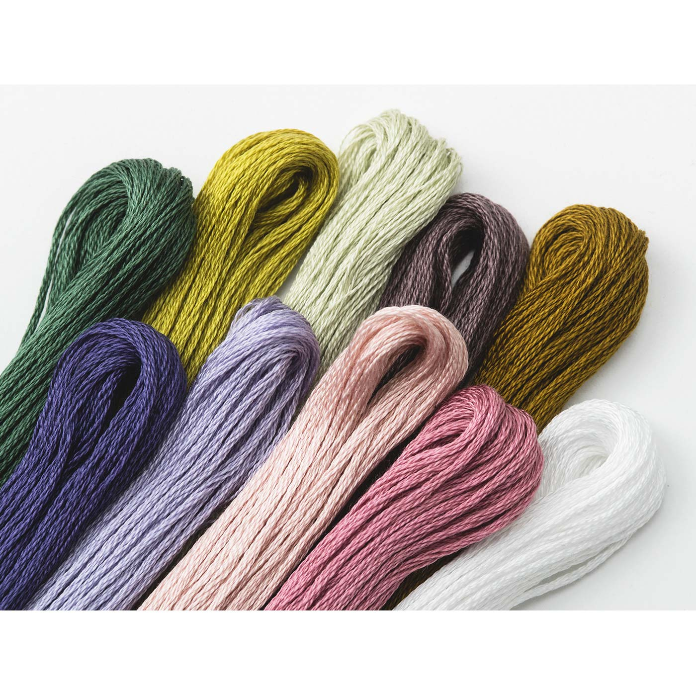 繊細なグラデーションを表現するため、1回につき使用する刺しゅう糸は、なんと10色!