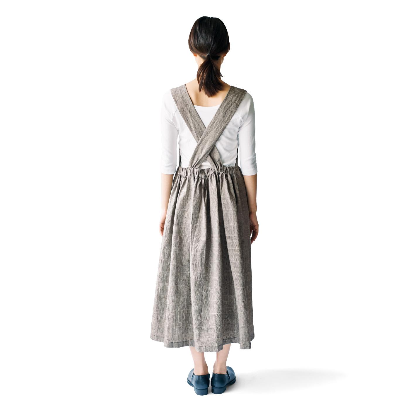 ジャンパースカートのバックスタイルは、身ごろのないクロスデザインで変化をつけて。
