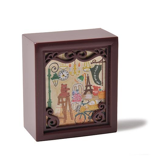 小さな木箱にドールハウスのようなカットワークのフレームをほどこしたオルゴールは、きれいな音質も魅力。