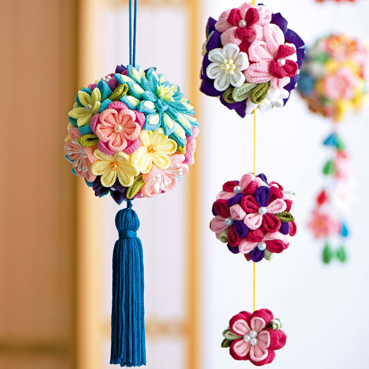 切って、つまんで、貼るだけで針糸いらずのつまみ細工。大小さまざまなサイズや種類のお花を作って、バランスよく組み合わせて美しく仕上げます。