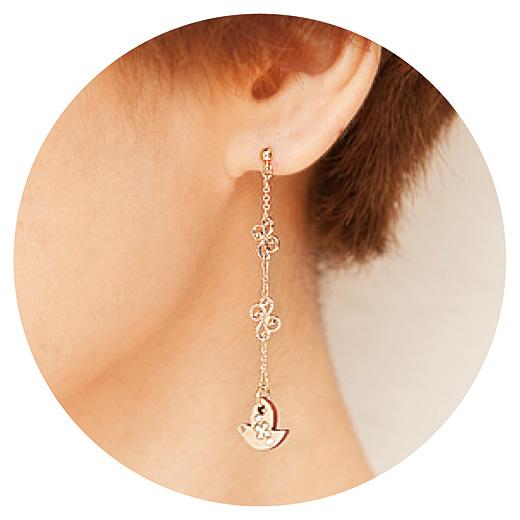 片方の耳がチェーンのアシメトリーなデザインで、耳もとをキュートな印象に。