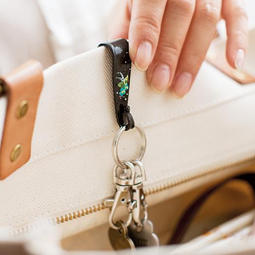 バッグのふちや内ポケットなどに引っ掛けて。カギが迷子にならずに安心。お届けするデザインとは異なります。