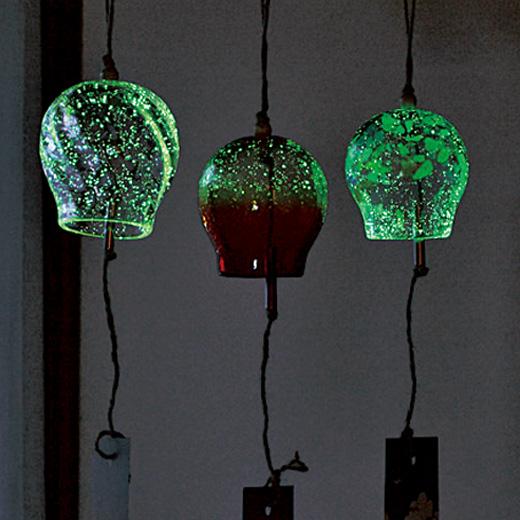 ガラスには蓄光素材を混ぜているので夜には明かりが浮かびます。