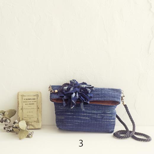長財布や文庫本もすっぽり。お出かけの定番にぴったりです。(サイズ:縦約19cm、横約21cm、まち幅約6cm、持ち手の長さ約110cm)