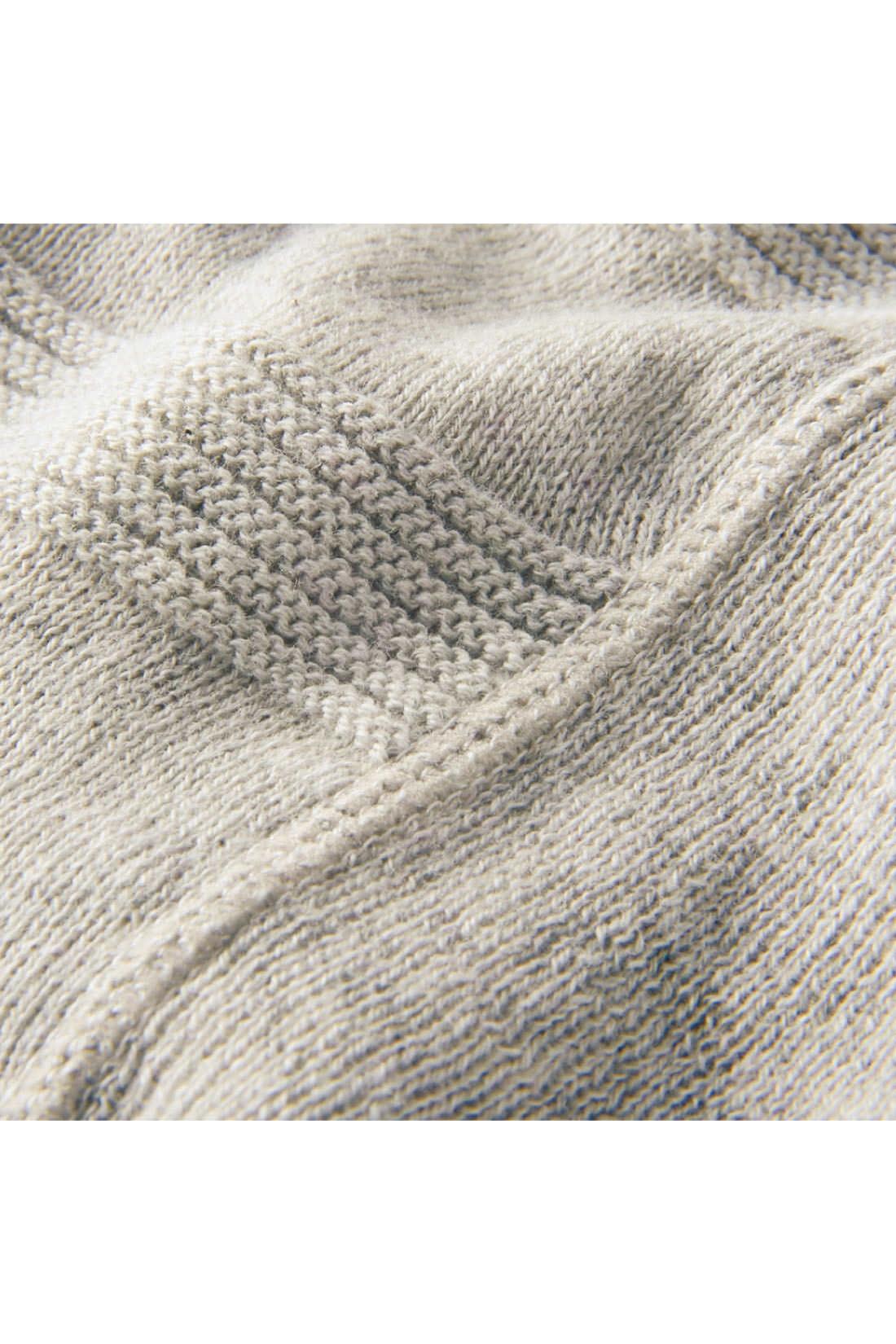 天じく編み×ガーター編みでボーダーに見える構成。わきはゴム編みで切り替えて、すっきり細見え。