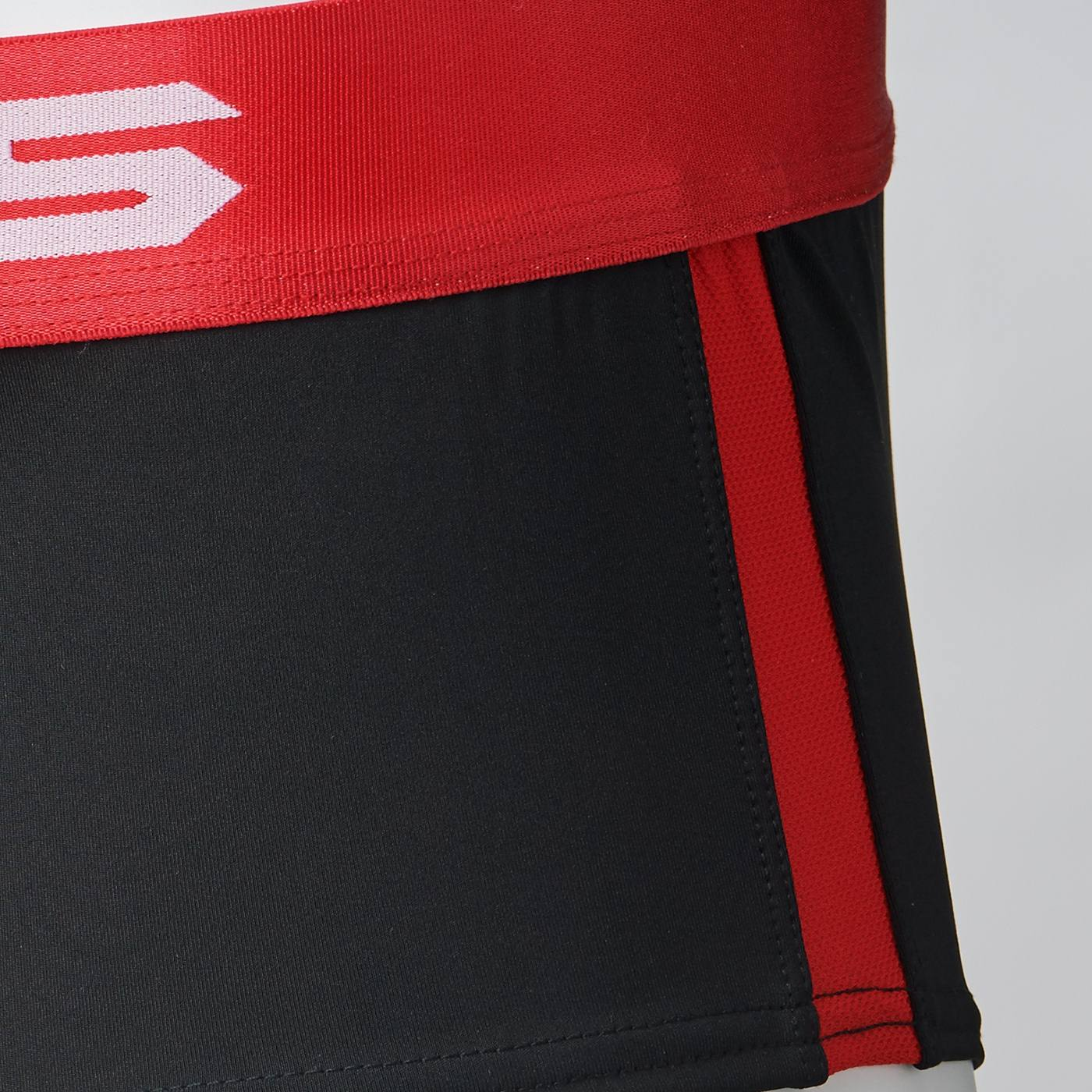身体に心地よくフィットするストレッチ・ソフトスムース素材をベースに、サイドラインに通気性のよいストレッチ・ドライメッシュ素材を採用