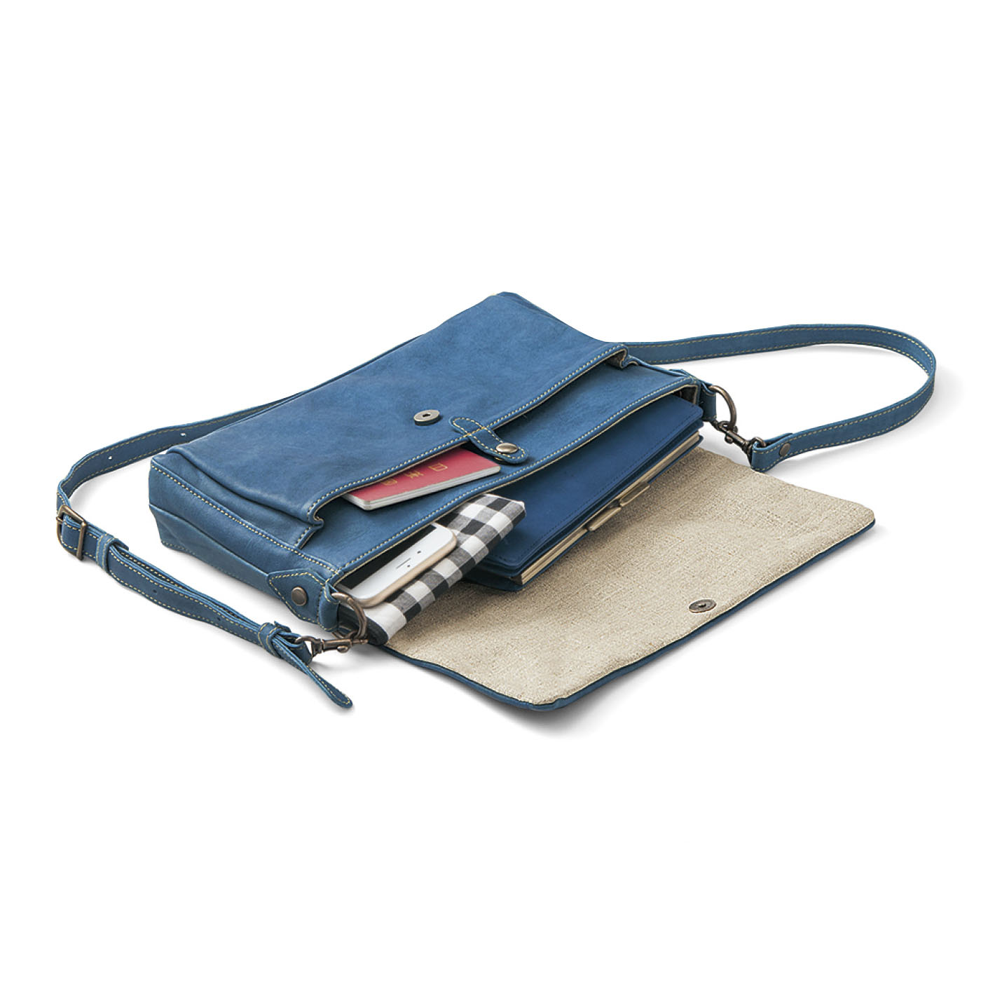 長財布、スマートフォンなどお出かけアイテムがすっきり収まる絶妙サイズ。