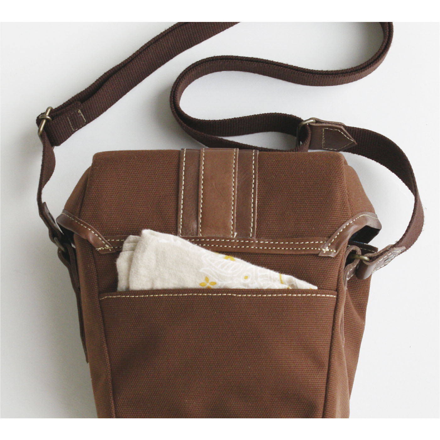 背面のオープンポケットは、すぐ取り出すものの収納にぴったり。