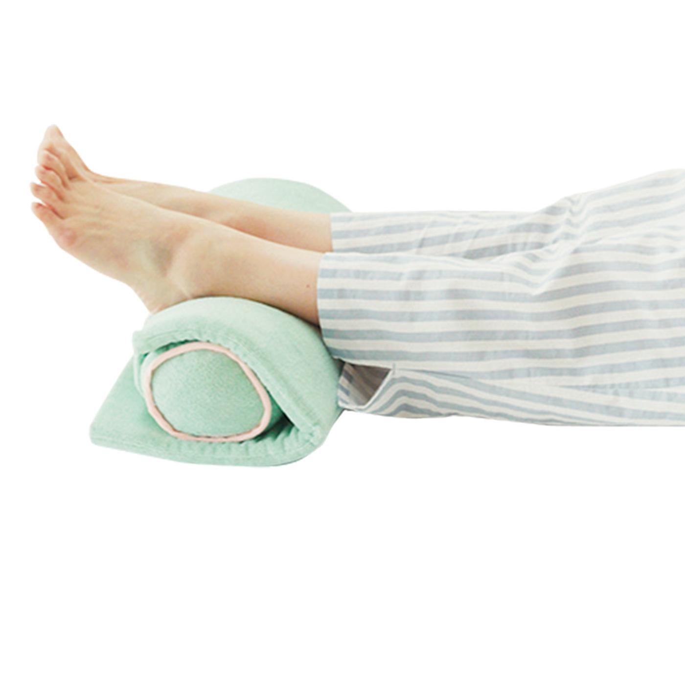 たくさん歩いた日には、筒の状態で足枕に。