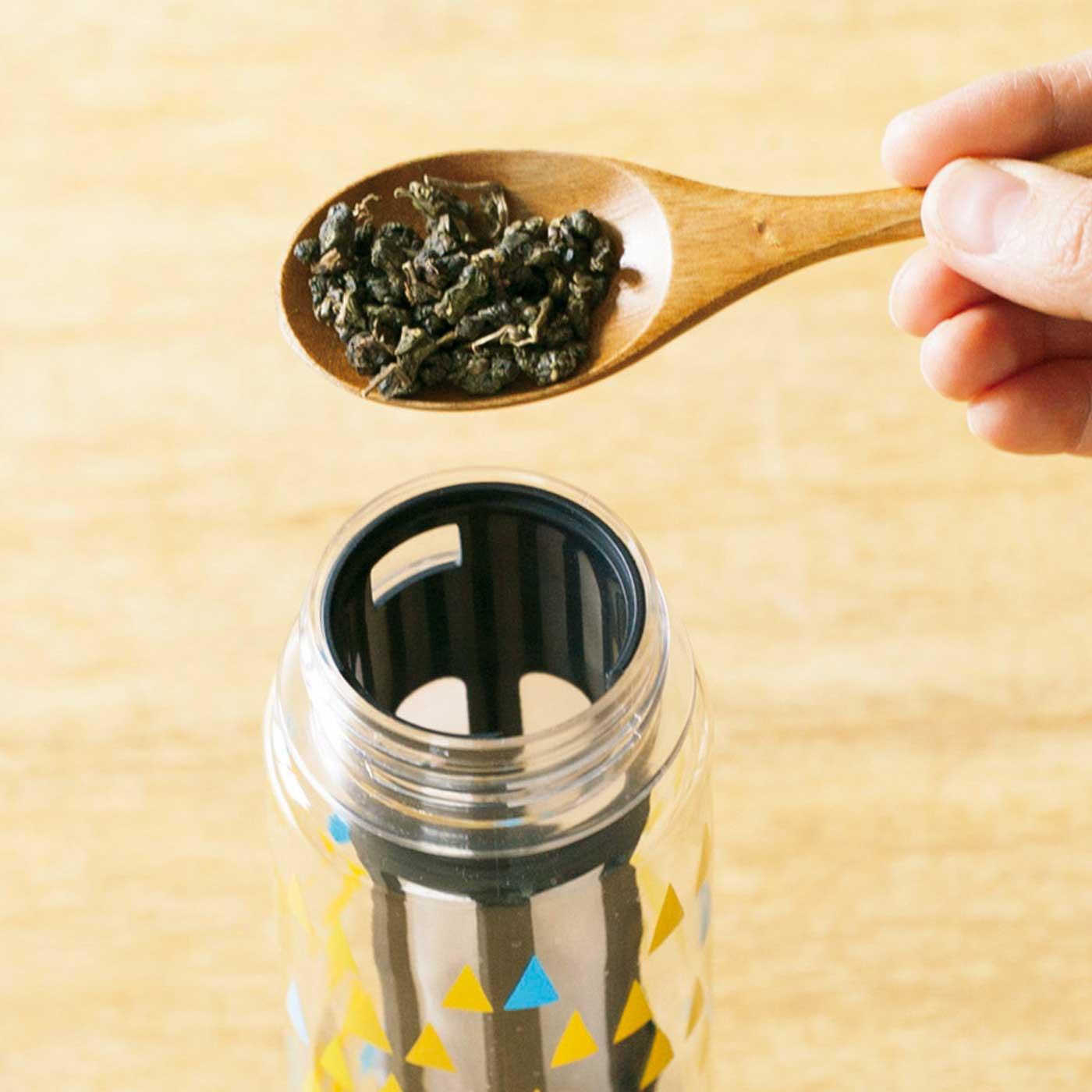 ボトルにセットした茶こしに茶葉を入れます。