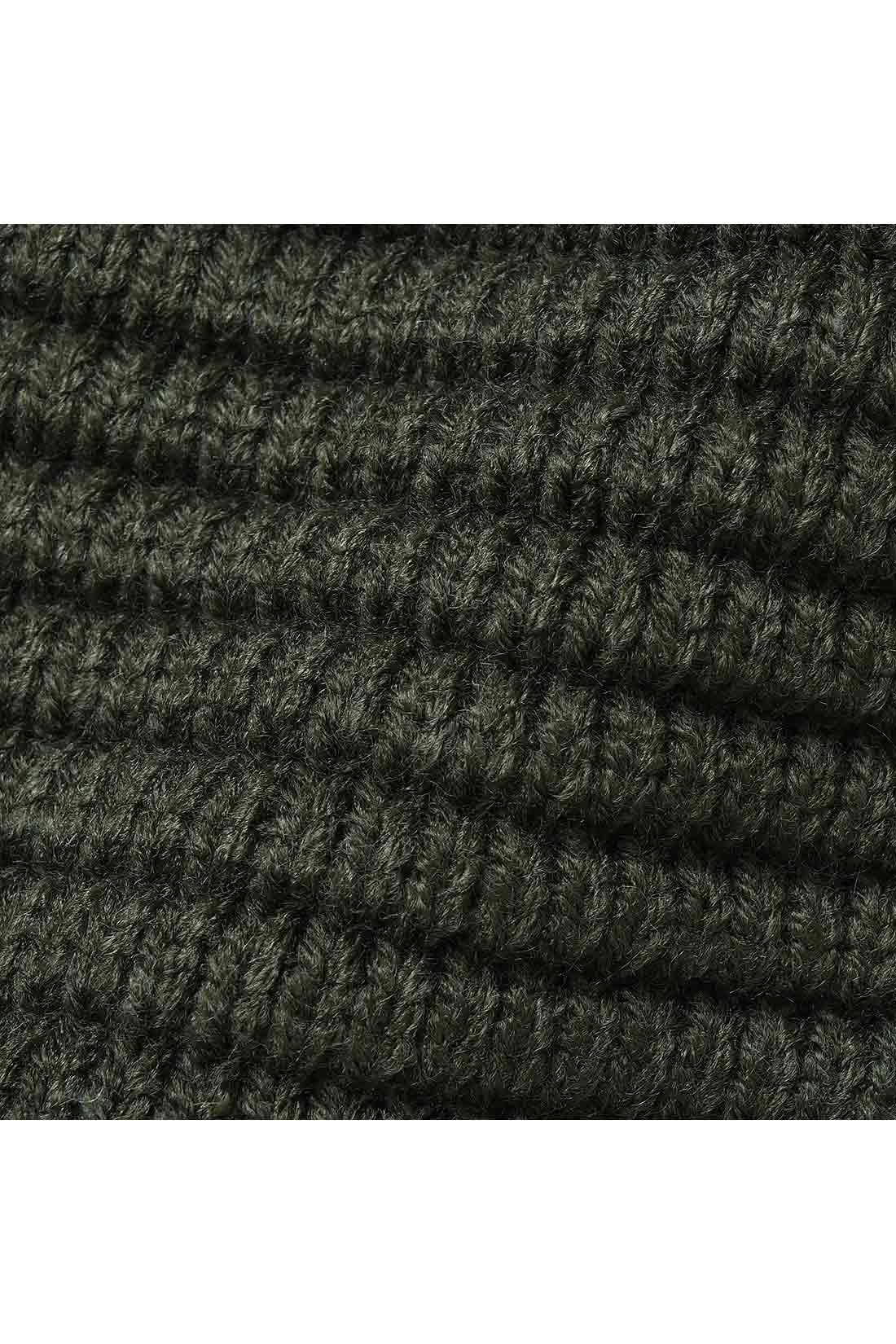 肉厚なバルキーニット素材 軽くて暖かなアクリル素材なので肉厚でも軽快に着こなせます。身ごろ、袖、すそなど異なる編み地の切り替えでメリハリのある表情に。
