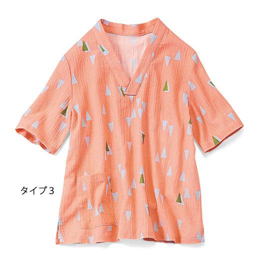 トップスはTシャツ風のかぶりタイプ。やや大きめのポケット付きで便利。