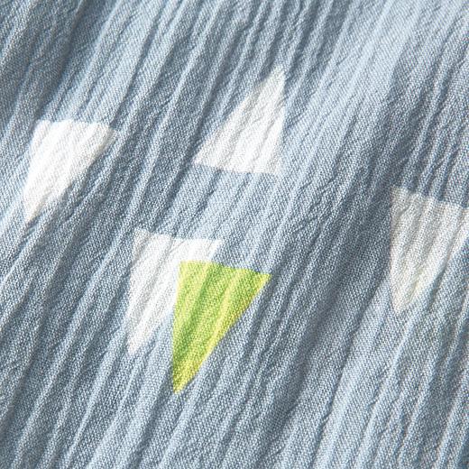 コットンのなみなみ生地の綿クレープ。生地の凹凸が肌表面にふれる面を小さくし、汗をかいたときのべたつきを軽減。