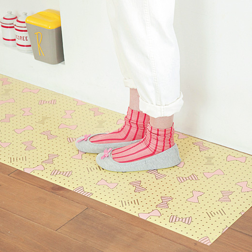 足もとウキウキ 汚れてもサッとふくだけで簡単キレイ 洗濯いらずのキッチンマット
