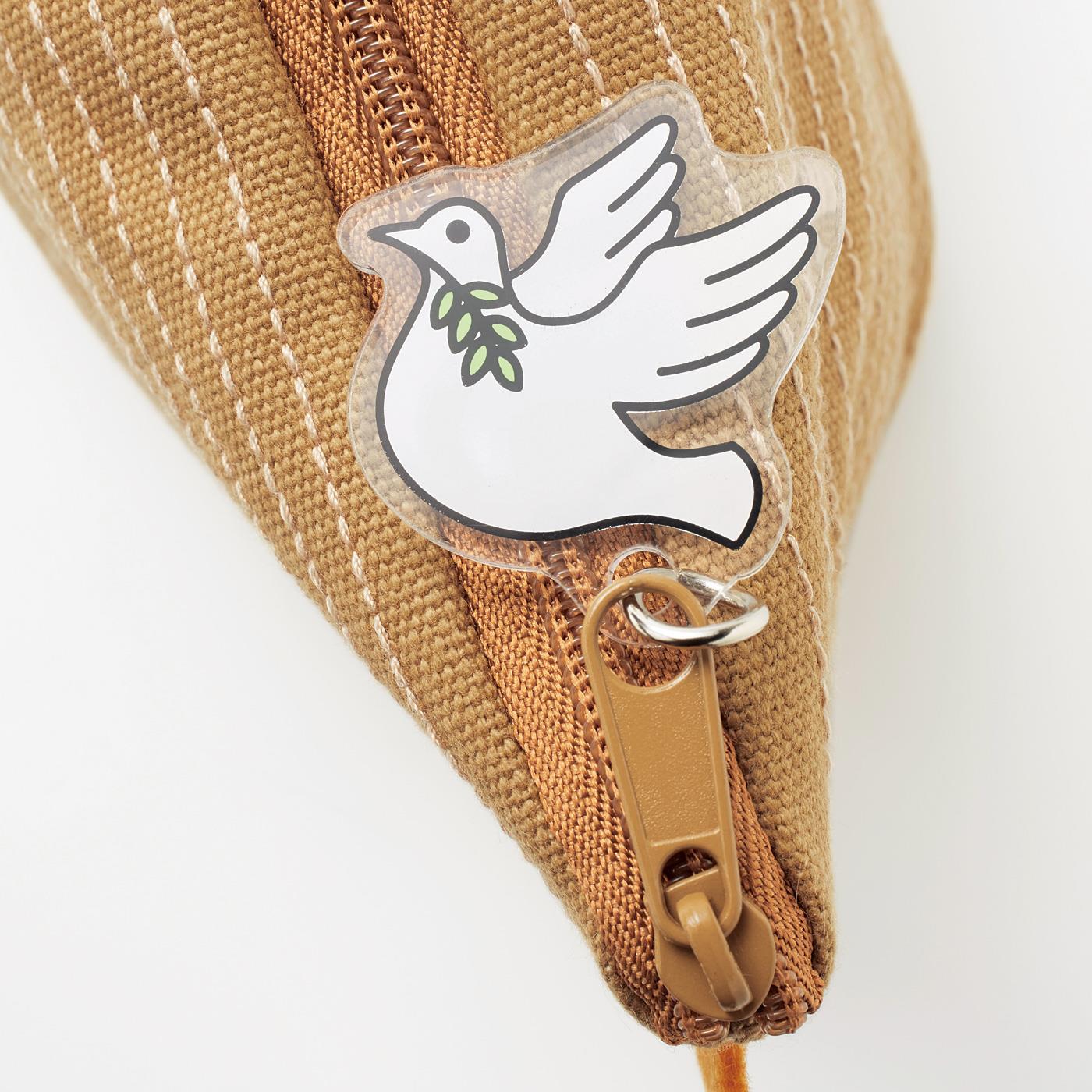 鳩(はと)型チャームの口には洪水が引いた証のオリーブの枝が。