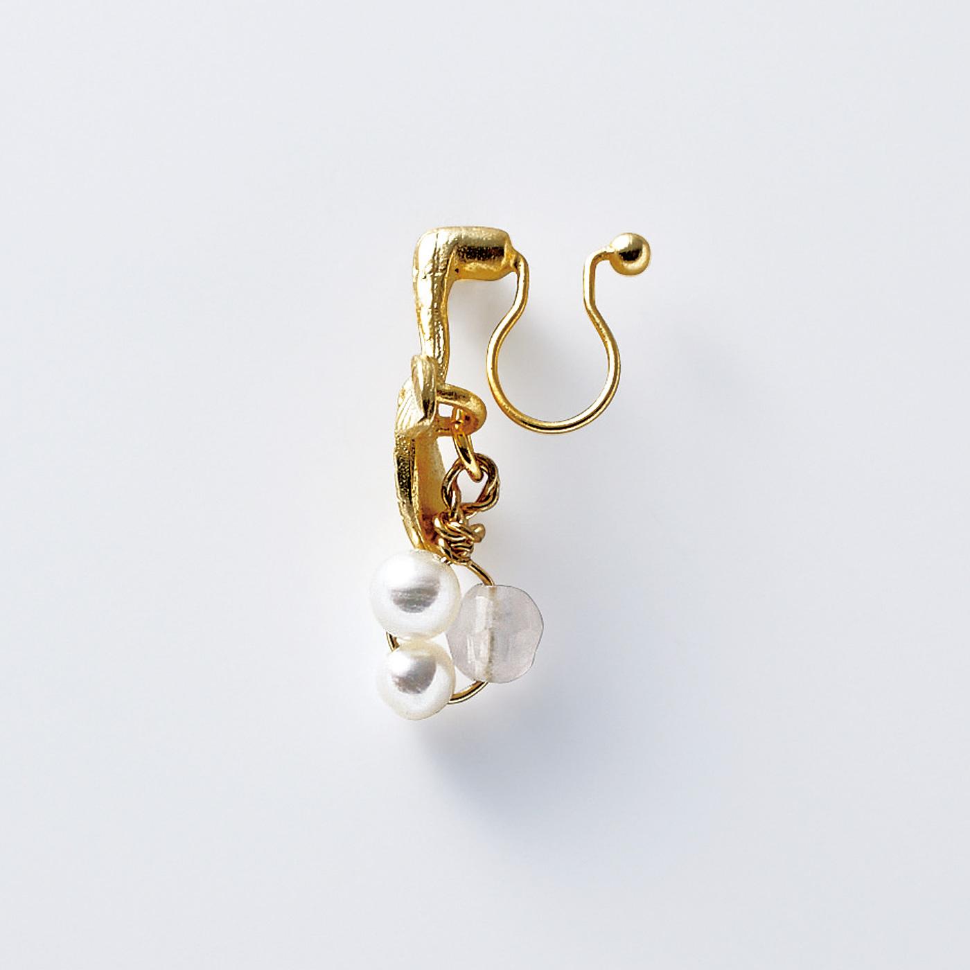 2(イヤリング) 着けるとピアスのように見える華奢(きゃしゃ)な金具。