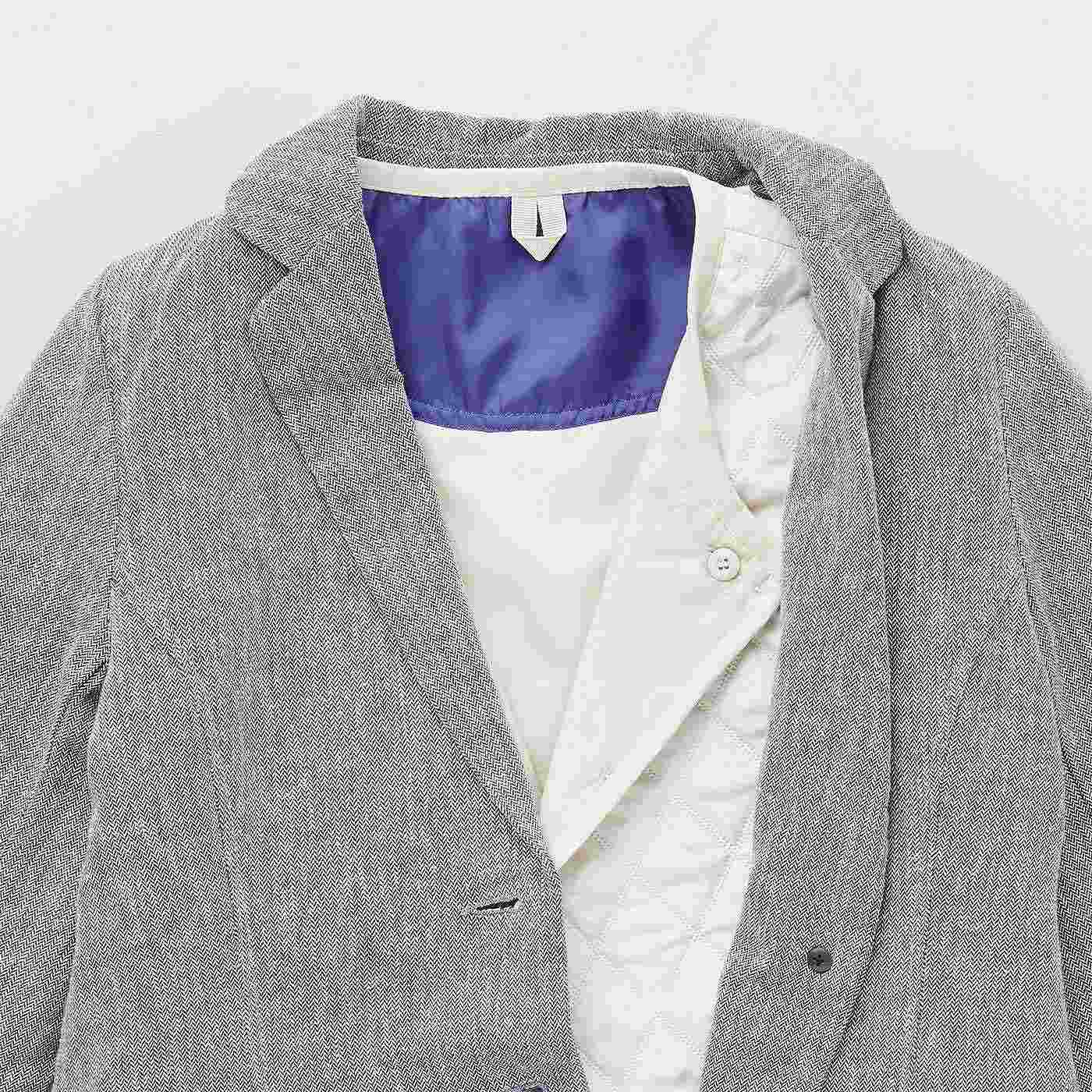 ボタンを留めてVネックにすると、ジャケットの衿を邪魔せずすっきり。