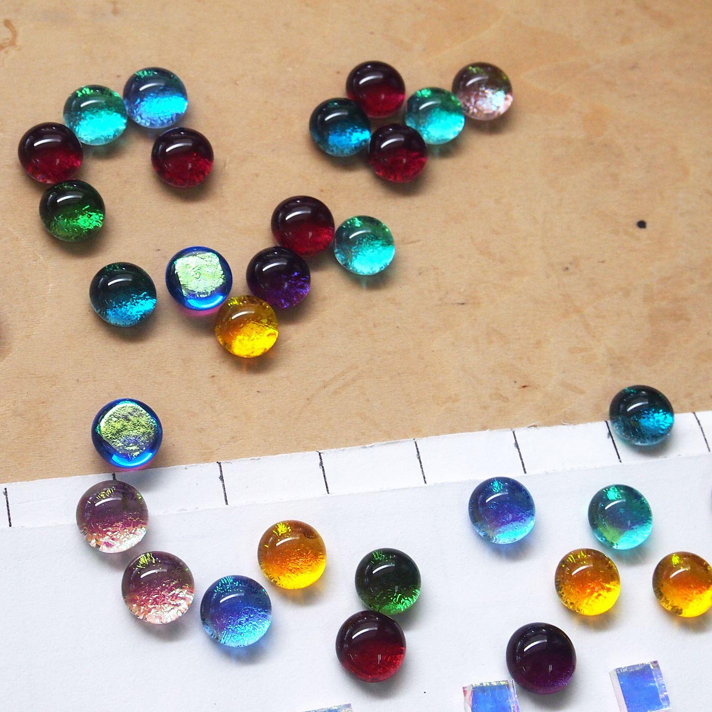 2種類のガラスが重なっているため、奥行きのある深い色合いになります。