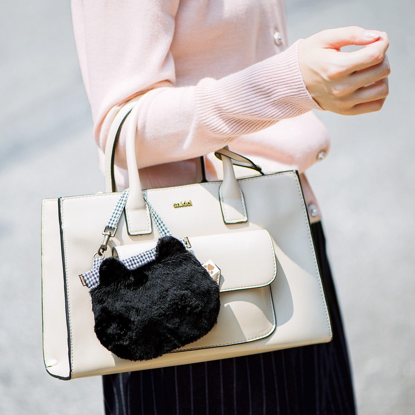 バッグの持ち手に付けると、かわいいアクセントに。