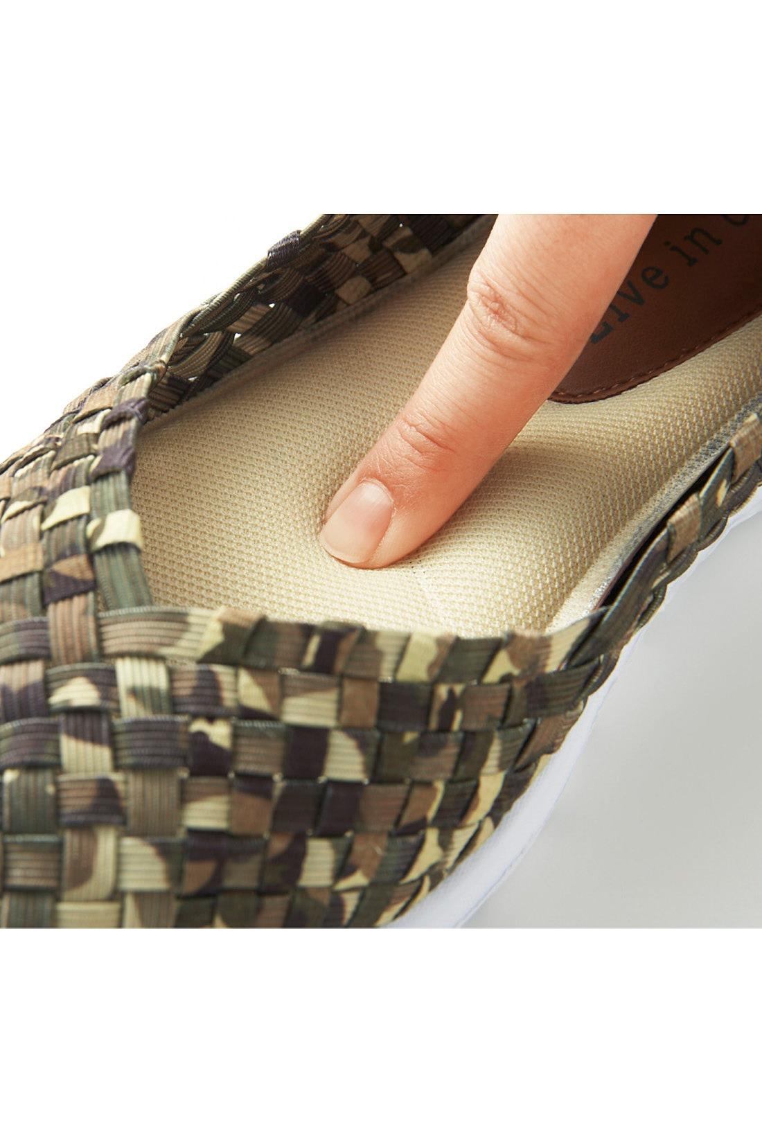 素足で履いても気持ちいい!ふかふかスポンジ入りのメッシュインソール&土踏まずに沿うデザイン。