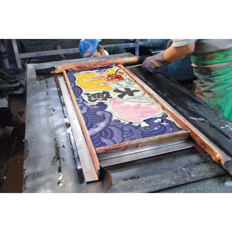 船の帆を再利用した前掛け「帆前掛け」などを手掛ける、宮城県繊細詩の伝統ある染工所で染めています。