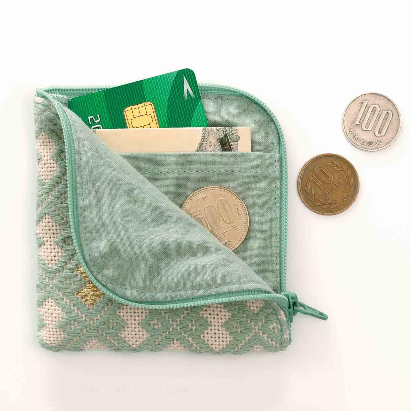 お札やカードとコインを分けて収納できるポケット付きで使いやすい。