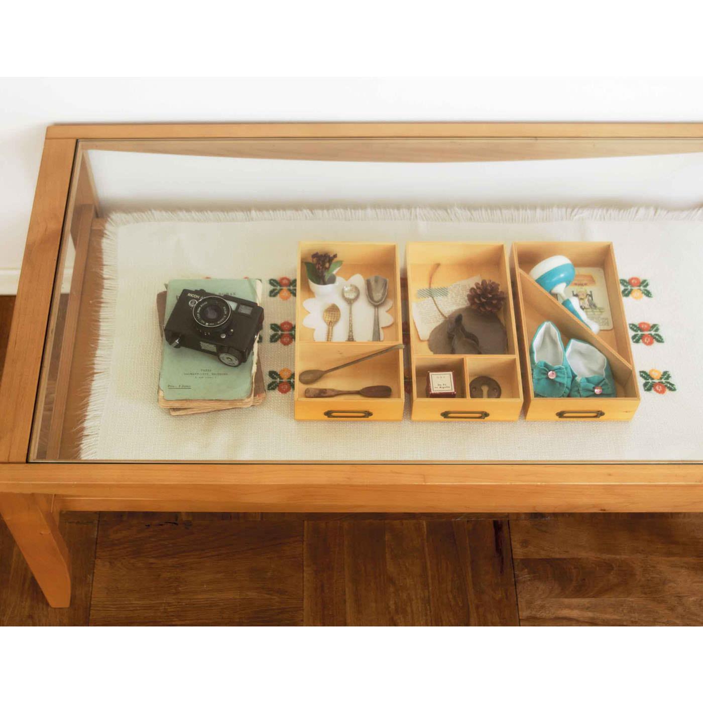 家族旅行や、季節をテーマに、写真やお土産、オブジェや工作など、箱ごとに思い出を詰め込んで飾って。