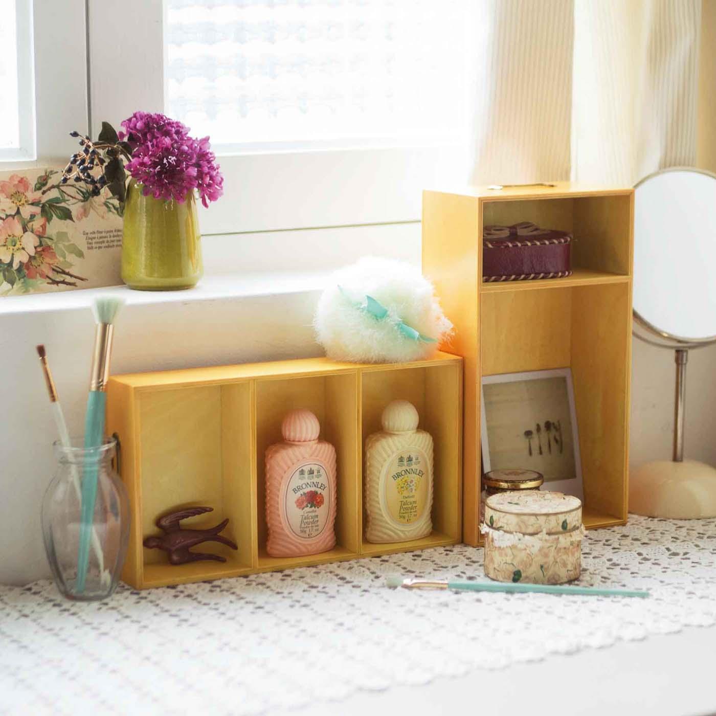 仕切りトレイを立てて、かわいい小物をディスプレイできる飾り棚風に。自分だけのお気に入りコーナーのできあがり。