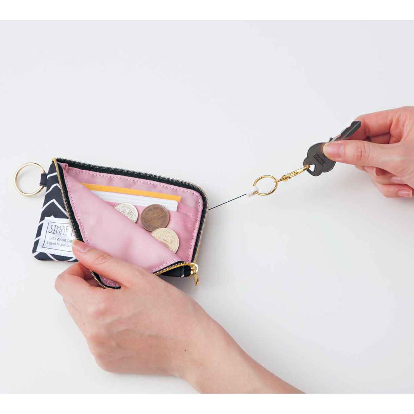 タイプ11:シュルッと伸びるリール付き。かぎをシュルッと出せて、小銭やICカードが一緒に入れられるポーチ。