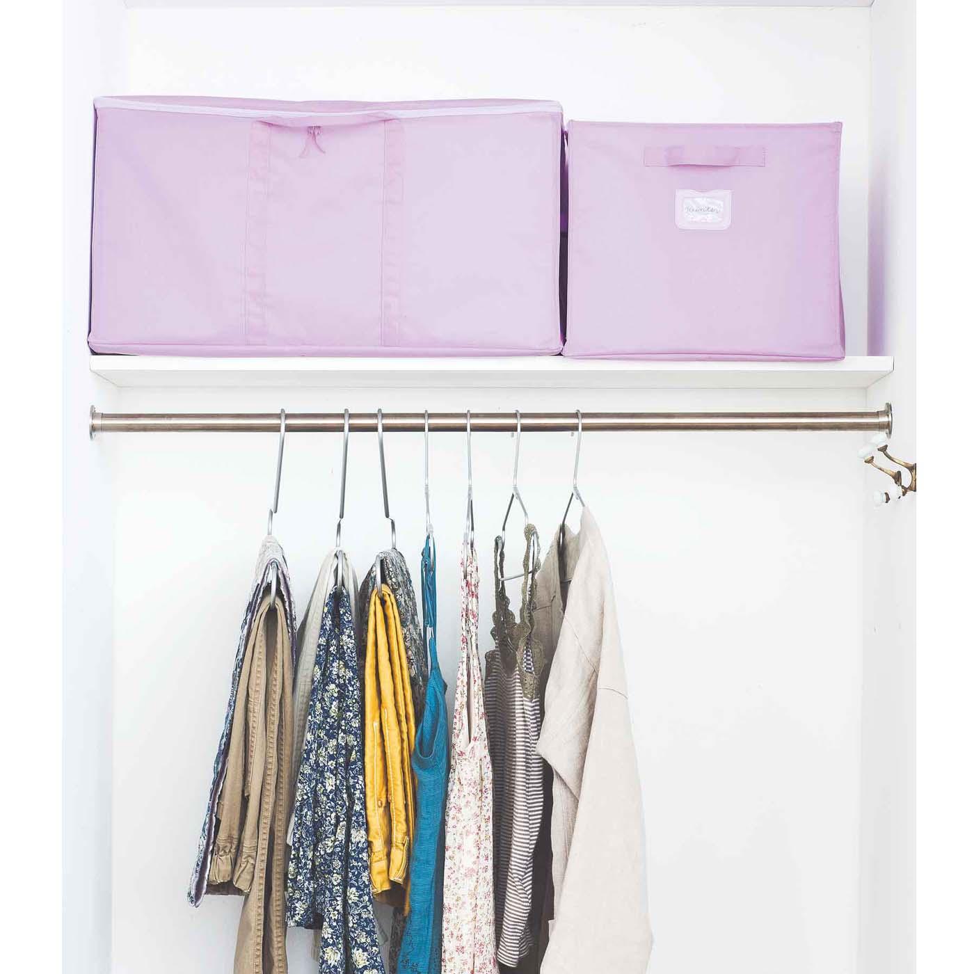 クロゼットが上手に整理できないのは、今すぐ使いたいものとふだん使わないものが混在しているから。そこで、オフシーズンのアイテムをしまう大きめのストレージバッグと、バッグや帽子など出番がおおい季節のアイテムを入れておく小さめのボックスを投入。見た目の統一感も生まれて、洋服選びもたのしくなりそう。ハンガーは厚みのない省スペースタイプ。ハンガーも同じもので統一すれば、かさばりがちな洋服もスマートに。