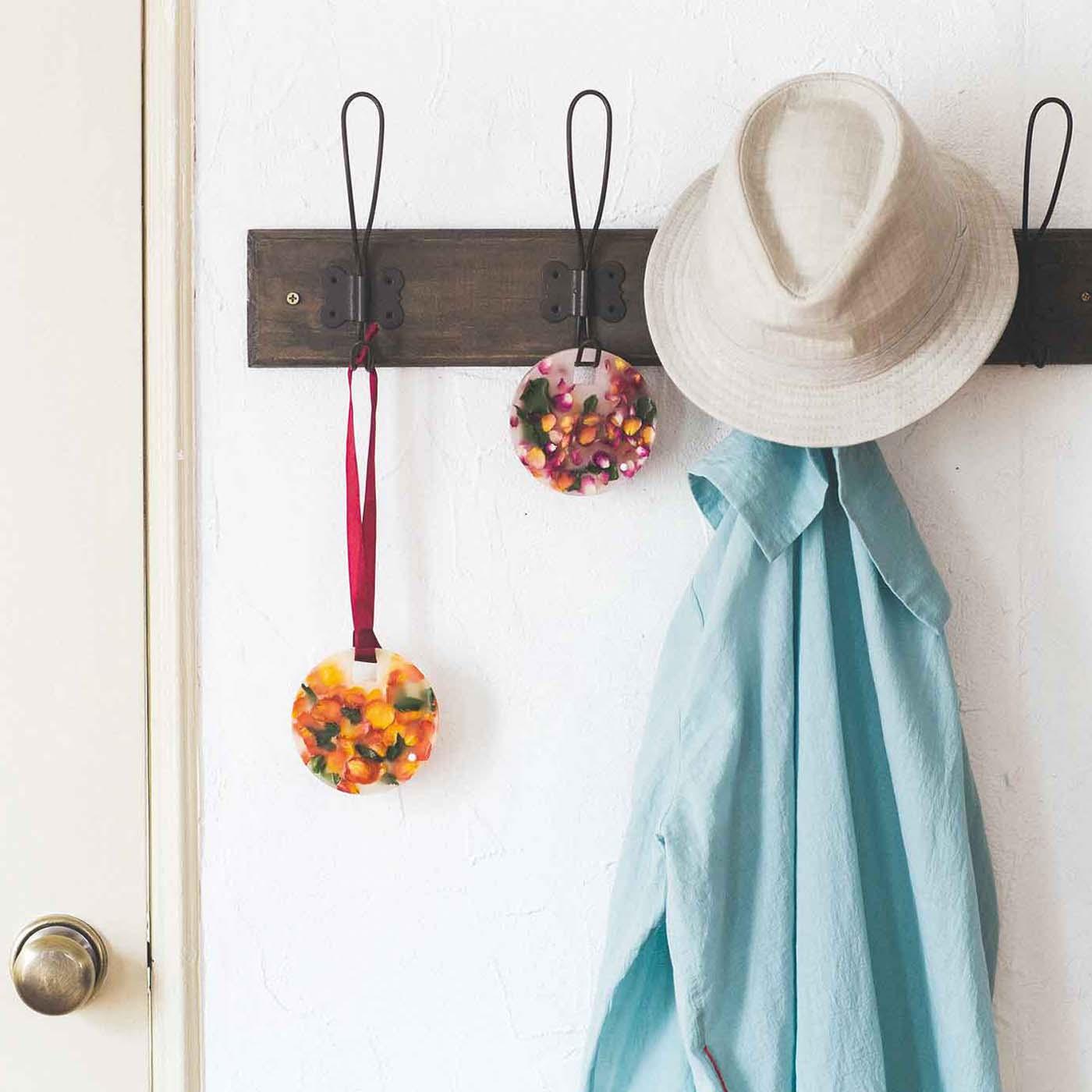 玄関ではリボンを通してラックにさりげなく掛けても素敵。ドアを開くたびにお花の香りに包まれます。