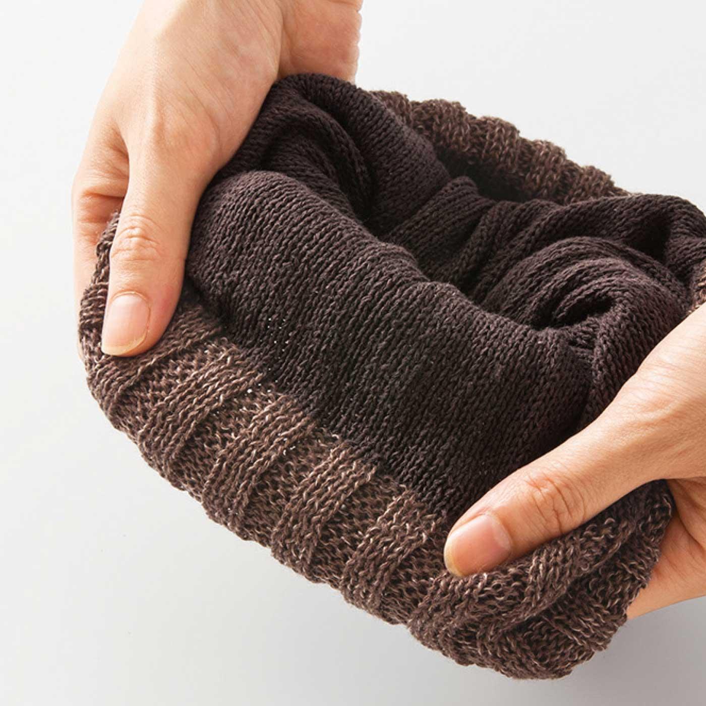 外側は起毛感をおさえた滑らかなニュージーランド産のウールを使用。内側がシルク素材だから、おでこへの肌当たりも◎。