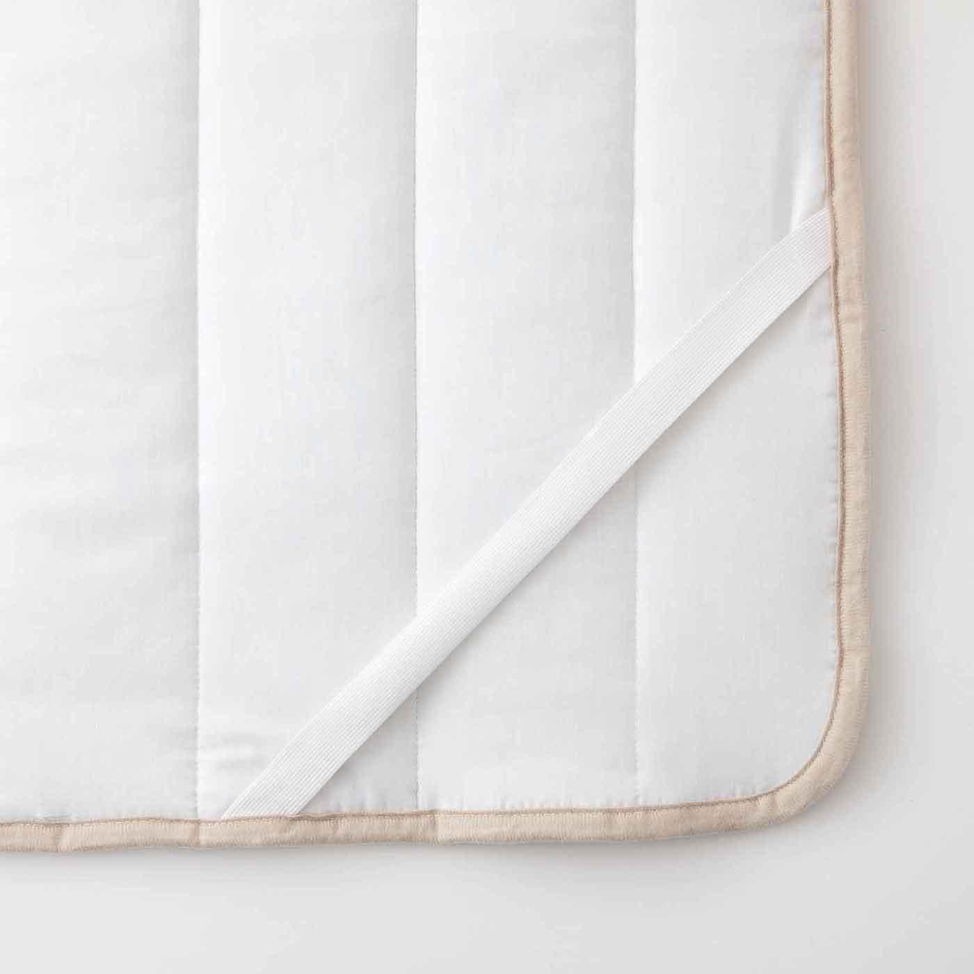 敷き布団やマットの四隅に固定できるゴム付き。
